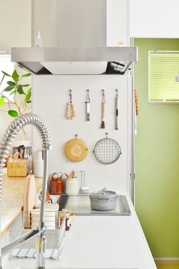 乾かしてしまうのが面倒。そんな人は掛けて収納してしまうのが良いかも。調理によく使うザルなら、サッと取り出せるように吊るして収納してしまいましょう。