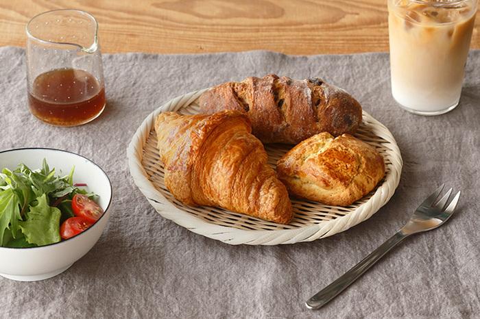 意外と思うかもしれませんが、パンをざるに乗せてもいいんです。カゴの感覚で朝食やおやつのパンを乗せましょう。焼きたてのトーストなら、適度に湿気を逃がしてくれてパンがしっとりしません。