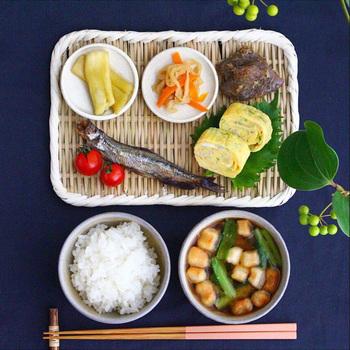小皿や葉を上手に使えば、プレートのような使い方も可能でです。いつもの小皿が引き立って、新しい魅力を発見できそう。