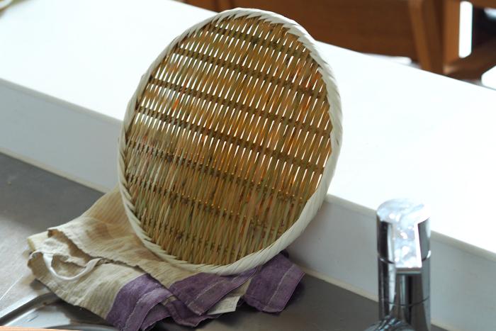 乾かすときは水が落ちるように編み目を縦にして立てかけましょう。熱に強いザルですが、食洗器の乾燥は避けた方が良いです。