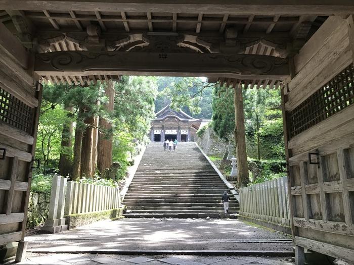 富士山と密接な結びつきがあると言われる、中国地方最高峰の「大山(だいせん)」。山全体がパワースポットとされ、大山登山もオススメですが、大山山麓にある大神山神社奥宮(おおがみやまじんじゃ おくみや)も力を秘めた場所として有名です。  大山寺の山門のあたりから、約700mもの自然石で作られた参道を歩きます。標高は約900m、全国最大級の壮大な権現造りで、大国主命(オオクニヌシ)が御祭神、霊峰大山が御神体。大国主命は、そう、先述の、白兎の治療をした大国主命です。  神々しい雰囲気に、息を呑むはず。大山の圧倒的なパワーを体感してみてください。
