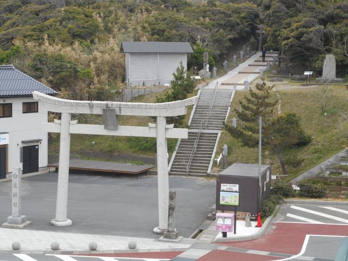 その舞台となった場所が、鳥取県の白兎(はくと)海岸であり、そのすぐ近くには、その白兎を祀る「白兎神社」があります。  先述の背景もあって、こちら、知る人ぞ知る「恋人の聖地」。