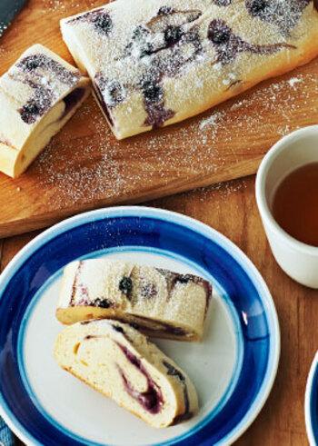 クリームチーズとヨーグルトで作った生地に、ブルーベリージャムを巻いて焼き上げた、見た目もさわやかなパンは、実は1時間で作れてしまう簡単で美味しい菓子パンです。