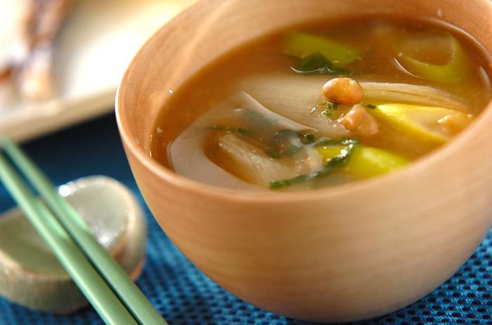 納豆、白ネギ、大葉で作る、シンプルながら味わい深い納豆の味噌汁。雨が続いたり、忙しい日が続いたりして買い物に行かれず、お味噌汁の具材がなくなって困ったときにも使えそう。