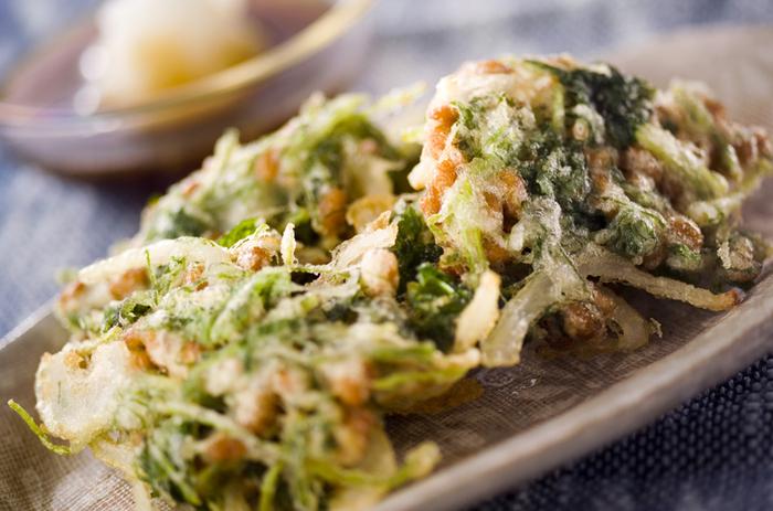 納豆と玉ねぎ、三つ葉、大葉で作るサクサクッとした食感が美味しい栄養も◎のかき揚げは、ご飯にもおそばにもあいそう。たくさん作って余ったら翌日のお弁当にも使える、嬉しい節約レシピです。