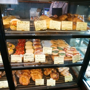 店内には、季節の野菜などを使った個性溢れるパンが並んでいます。こちらのお店は持ち帰りのみなので、ついたくさん買って帰りたくなってしまいます。