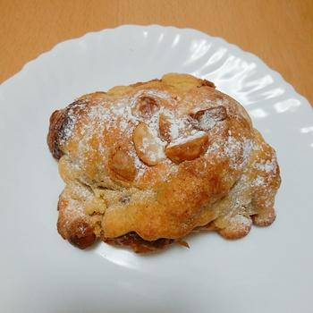 こちらは、「りんごのクロワッサンダマンド」。甘いパンを食べたいときにぴったりです。クロワッサン生地にりんごのコンポートが入り、さらに上からアーモンドクリームをかけています。りんごの酸味とアーモンドクリームの甘みのバランスが絶妙で、人気のパンのひとつです。