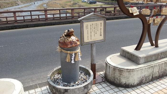 三朝温泉の恋谷橋にある「かじか蛙」。リアルですが、陶製ですよ。蛙像を撫でると恋愛成就や夫婦円満などのご縁があるそうです。  カップルで温泉旅行をして、蛙像を撫でて・・・そんな思い出づくりも素敵ですね。