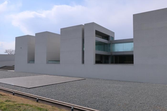 「植田正治写真美術館」は、モノクロによる前衛的な演出写真で有名な写真家・植田正治(うえだしょうじ/1913年- 2000年)氏の美術館。
