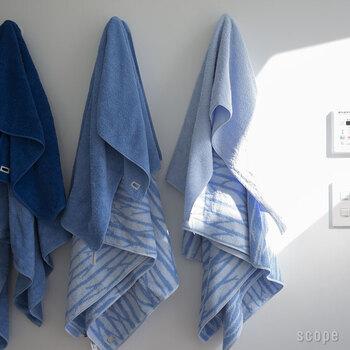 爽やかなブルーのタオルは微妙な色違いで揃えて並べたくなる。空をイメージした無地のタオルの他に、木立をイメージしたデザインの柄も。ベーシックでいつまでも飽きがこなそう。