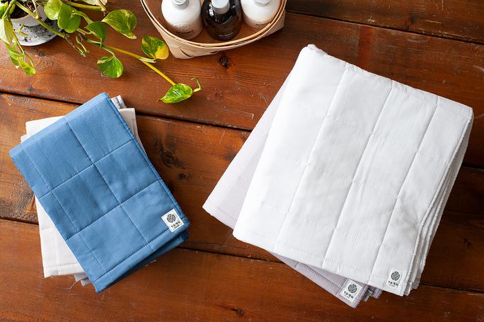 赤ちゃんでも安心して使える厳選素材で作られたタオルは、ガーゼキルトに仕立てられています。洗うほどに中綿がふんわりして使い心地が良くなっていきます。