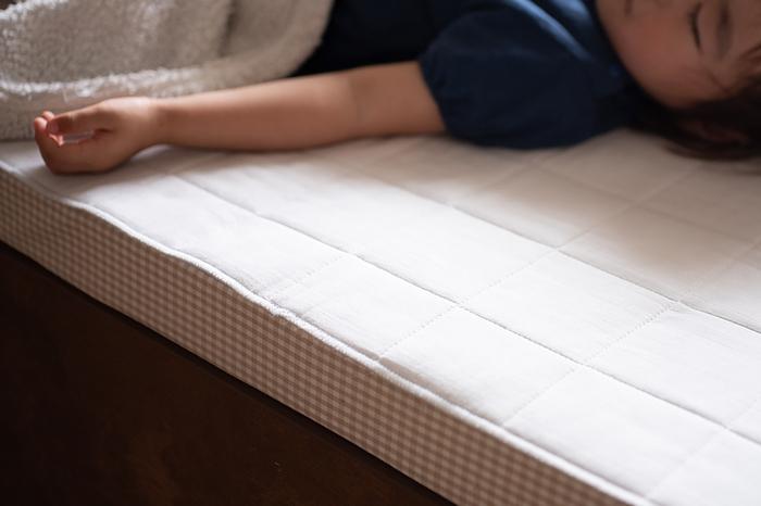 吸水性が高く肌触りが良いので、普通にタオルとして使うほか、ベッドや枕に敷いて使うのも気持ちがいい。表面サラリ、中はふんわりとクッション性があり汗を吸い取ってくれます。