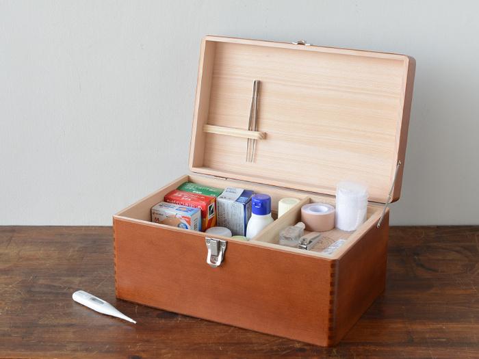 シンプルなデザインで、どんなインテリアにも馴染んでくれる昔ながらの救急箱もいただくと嬉しいかもしれません。一生モノにもなる天然木で作られた救急箱は家族全員が安心して使えるアイテムです。その他にお裁縫箱やお道具箱などにも使うことができ、贈られた人の生活シーンに合わせられるのがいいですね。