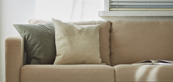 クッションも家中にいくつあっても嬉しいアイテムです。新居のために買った新しいソファに置くのはもちろん、ベッドルームやリビングの床に置いても便利。カバーの色味はくすみのあるアースカラーのシンプルなものにすると、インテリアの邪魔になりません。