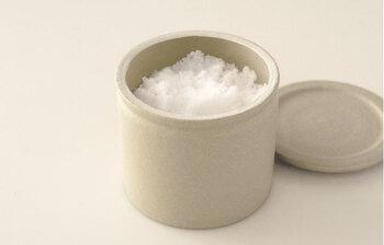 毎日使うお塩をいれるための陶器の塩壺です。日本の六古窯で知られる常滑の地で3代続く窯元「山源陶苑」がつくったもので、吸水性に優れ、湿度の変化で固まってしまう塩をさらさらの状態に保ってくれるのが最大の特徴です。シンプルなデザインなので、どんなキッチンにもぴったりです。