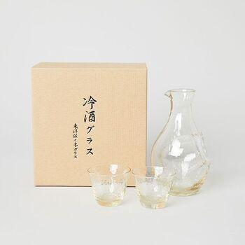 日本酒好きの人に贈りたいのなら、ほんのり琥珀色のガラスが美しい冷酒用のカラフェとグラスのセットもいいですね。手作り感のあるフォルムであたたみがあり、リラックスした晩酌の時間を過ごすことができます。