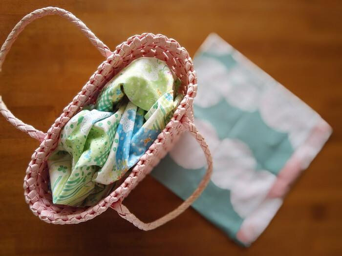 細々としたものや、野菜など食料品をちょっとした手土産にいただいたり持って行ったり。口の開いた紙袋だと中身が丸見えでちょっと困る時もありますよね。かといって大きなバッグに他の荷物と一緒に入れることもできない・・。そんな時は、袋に入れる前にサッと風呂敷を出して全体を包む、か袋の口にかぶせて目隠しにするとスッキリします。