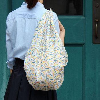 こんな風に、こちらから品物を持っていくときももちろんなのですが、風呂敷が携帯品としての威力を発揮するのが「荷物が急に増えた時」。  バッグから取り出した風呂敷をサッと結んで袋に。とってもスマートに、エコバッグのような感覚で使えます。バッグや洋服とのコーディネートを考えた柄のものを持ちたいですね。