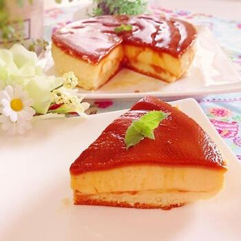 プリンとスフレが一度に楽しめる欲張りケーキ。しかも、比重の重い牛乳のプリン液が勝手に沈み、軽いスフレ生地が浮くので手間いらず。おいしさの魔法を楽しんでみませんか?