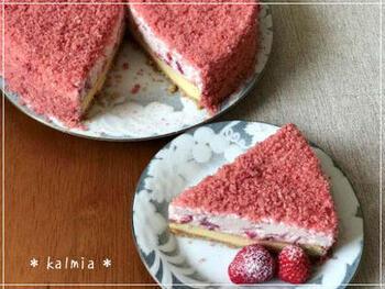 ベイクドチーズケーキの上に、練乳いちごのレアチーズムースをのせた2層ケーキ。スポンジクラムをまぶして、ケーキ屋さんのような美しい仕上がりにしています。