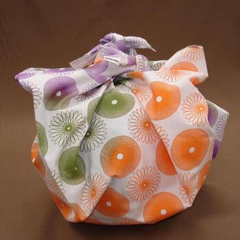 手土産は紙袋から出して渡すのがマナー。訪問してすぐ、余った紙袋の行き所がなくなってしまう、なんてよくありませんか?「この紙袋、処分しておいてください」と言える間柄だったとしても、あまりスマートではありませんよね。  風呂敷なら、サッとほどいて中身をお渡しして、風呂敷はたたんでバッグの中に。さりげなく美しい所作が可能になります。新しい、素敵な風呂敷ならそのままプレゼントしてしまっても喜ばれます。