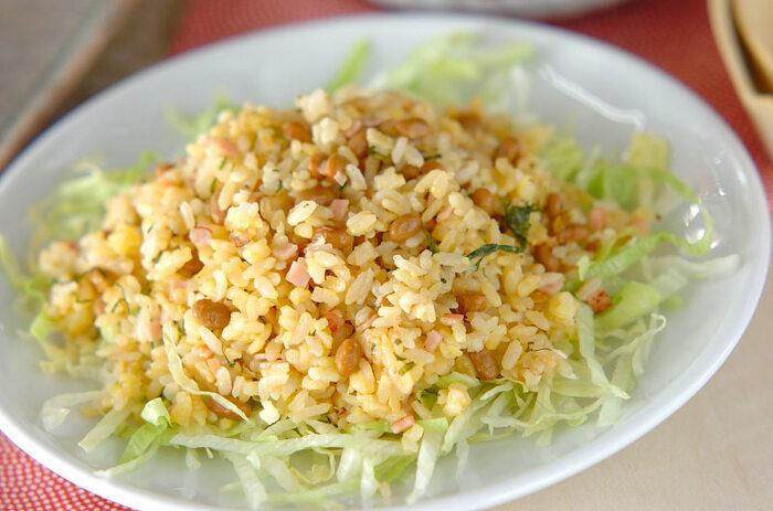 納豆、卵、大葉、梅干し、ネギ、ハム、レタスでつくるチャーハン。さっぱりとした味付けでヘルシーなチャーハンは食欲のない夏のレシピとして活躍してくれそう。