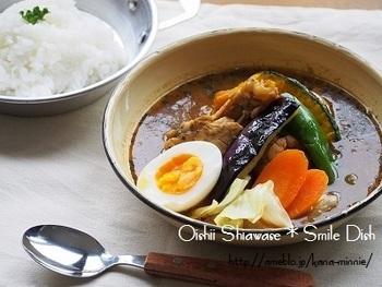 スープカレーの定番、骨付きの鶏肉を使ったスープカレー。カレールーとカレー粉の他にガラムマサラを加えるだけで、本格的な味わいになりますよ。
