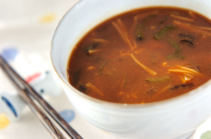 納豆、ジュンサイ、エノキ、大葉などで作る赤出しのお味噌汁。納豆をお味噌汁に入れると、納豆独特の香りや粘りを抑えることができるので、納豆が苦手な方は一度試してみるのも良いかも。