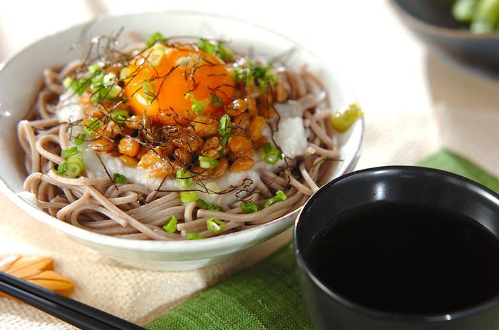 納豆と相性バッチリの長芋をすりおろしてトロロに。納豆、トロロ、ネギ、卵黄が乗ったそばは、暑くて食欲のない日にピッタリの栄養があり、食べやすく食欲をそそるレシピです。