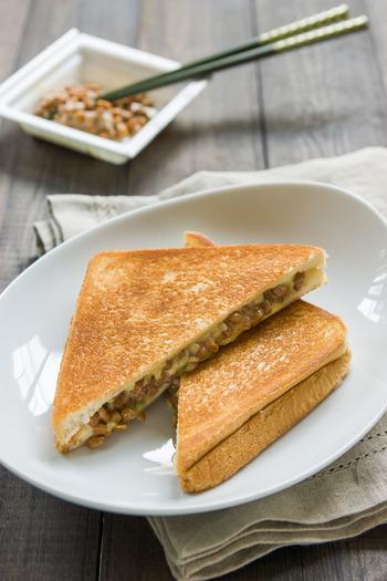 納豆と相性の良いチーズが入った「納豆グリルドチーズ」。サクサクの食パンの間には、とろけたチーズと納豆がたっぷり入り、食感の違いも楽しめて◎。