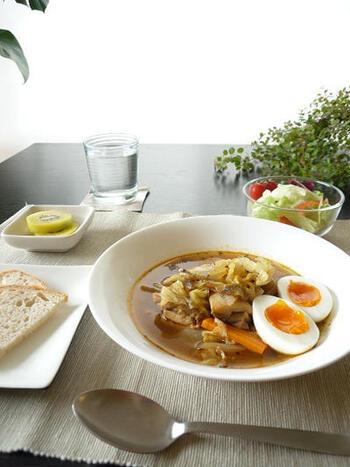 スープカレーブームの火付け役となったのが、札幌のスープカレー店「マジックスパイス」。そのマジックスパイスの味が自宅で気軽に楽しめるスープカレーの素が明治から販売されています。冷蔵庫の残り野菜で本格スープカレーが作れますよ。