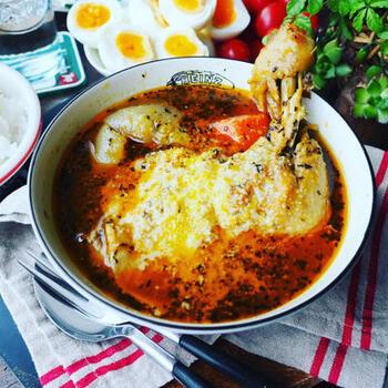大きな骨付きの鶏もも肉が入った、ちょっと豪華なスープカレー。玉ねぎはすりおろして飴色になるまで炒めて、甘味を引き出します。