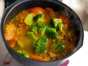 フレッシュなトマトを加えた爽やかな味わいのスープカレー。ラム肉はカレー粉や赤ワインをなじませて下味をつけておくことで、食べやすくなりますよ。ラム肉の下ごしらえをしておけば、キャンプでも作れます。