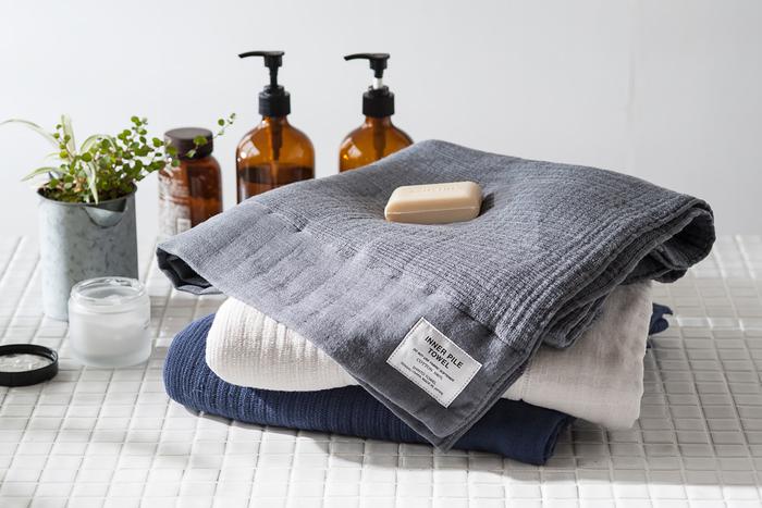 驚くほどに柔らかく軽い・・・実現差させたのはインナーパイルと言う新しい織り方です。表面は肌に優しいガーゼ生地、内側はふわふわのパイル生地になっていて、肌への優しさと吸水性を両立させています。顔をタオルとしても、寝具周りのカバーとしても気持ちよさそう。