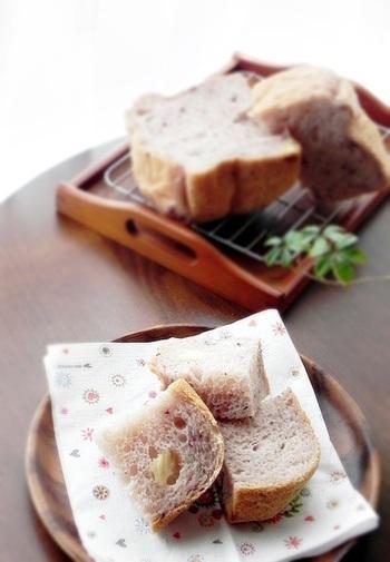 ケーキにしてもスイーツにしても焼き菓子にしても相性の良いブルーベリーとチーズで作る食パン。ホームベーカリーを使うので、前夜に仕込んでおけば翌朝、美味しい焼きたてのふわふわ食パンをいただけて◎。