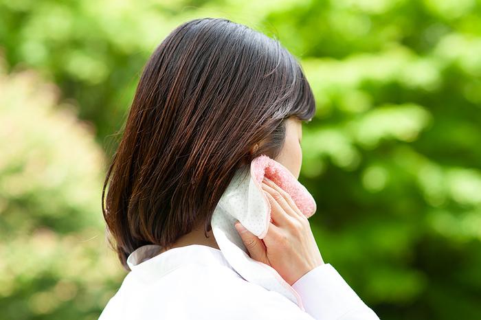 接触涼感素材が裏面に施された機能性タオルです。熱伝導率の低いポリプロピレンと、高いポリエチレンを絶妙なバランスで配置することで、肌に触れた時に熱を拡散してくれます。熱さの厳しい季節に手にしたいタオルです。