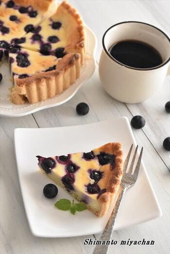 ブルーベリーとチーズは相性バッチリ。こちらクリームチーズとブルーベリーで作る「ブルーベリーチーズケーキタルト」。手間のかかるタルト生地だって、ホットケーキミックスで作れば簡単♪