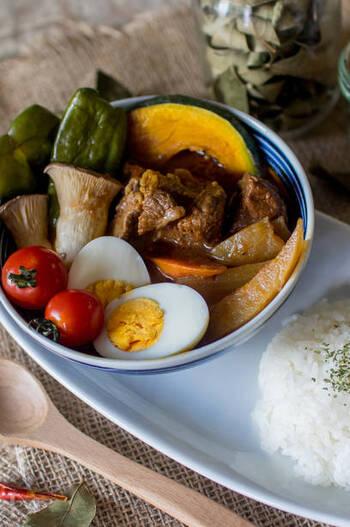 炊飯器で煮込んだ柔らかい牛肉をトッピング。牛肉を煮込むときに出たスープを使うので、旨みとコクが倍増!