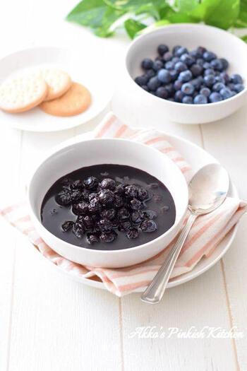 冷凍ブルーベリーとグラニュー糖、レモン汁で作る、あるとアレンジレシピが広がるブルーベリーのシロップ漬け。冷蔵庫で4~5日、保存が可能なので週末にたくさん作っておけば、ヨーグルトに入れたり、デザートに使ったりあれこれ役立ってくれそう。
