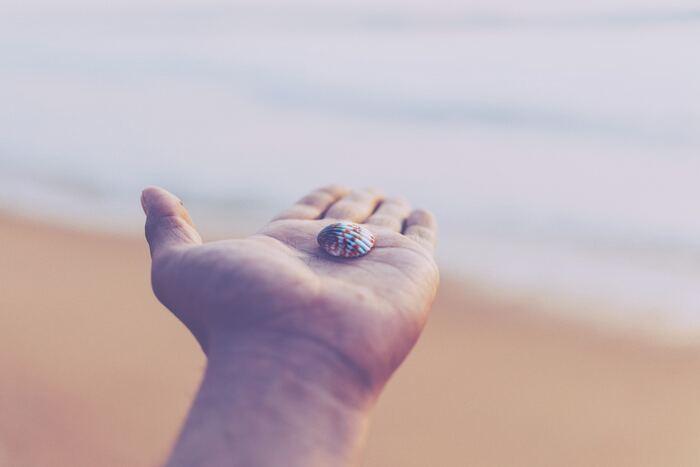 大切なことは、捨てたいと思えないなら、無理に捨てないこと。自分が納得しないまま物を捨てたり、誰かに強制的に捨てさせられたりすると、リバウンドしたり、余計に物への執着心が増してしまいます。自分自身の問題を物に置き換えている場合もあるので、物を捨てられないと思う気持ちを書き出して、ゆっくり向き合ってみるのもいいですね。