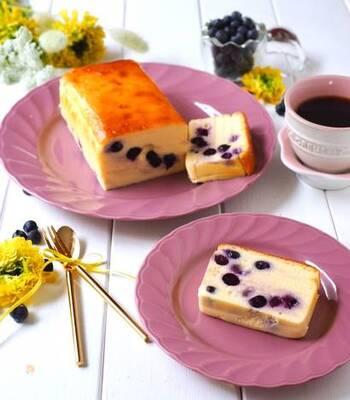 ブルーベリー、クリームチーズ、マスカルポーネチーズ、サワークリームで作る見た目も美味しそうなチーズテリーヌ。なめらかで濃厚なケーキは実は混ぜて焼くだけの、ありがた簡単レシピです。
