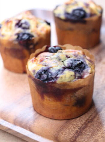 冷凍のブルーベリー、米粉、クリームチーズ、プレーンヨーグルトなどで作る「ブルーベリーとクリームチーズの米粉マフィン」。米粉で作ることでふんわりしていながら、もっちもちに焼き上がって◎。