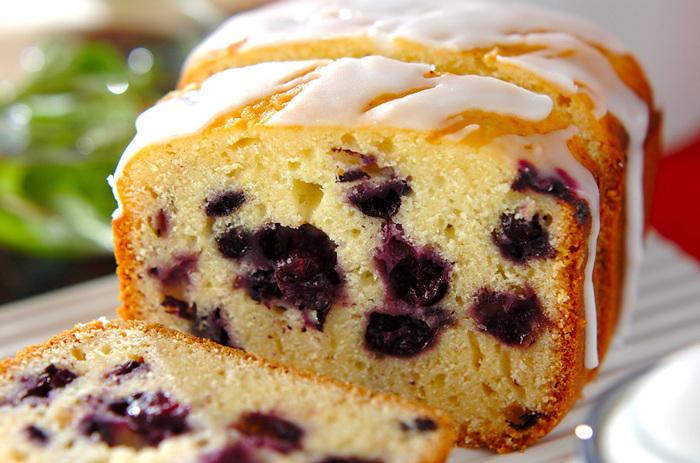 水きりをしたプレーンヨーグルトとブルーベリーが入った「ブルーベリーのヨーグルトケーキ」。ホームベーカリーで作れるのも◎。作った翌日の方がしっとりとなり、美味しくいただけるので、お客様が来る前日に作っておくと良いかも。