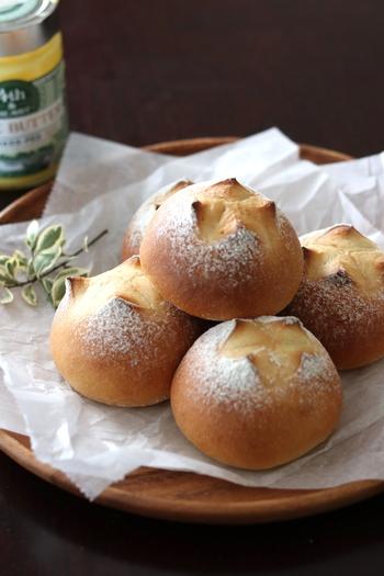 同じく、クリームチーズとブルーベリーで作るパン。こちらはホームベーカリーで捏ね一次発酵まで行います。多少、手間はかかりますが、焼きたてのパンの味わいは格別なので時間がある休日のブランチにいかがでしょうか。