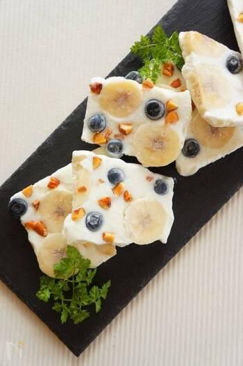 ブルーベリー、バナナ、ヨーグルト、はちみつ、アーモンドで作るひんやり美味しい「バナナとブルーベリーのヨーグルトバーク」。生のブルーベリーが手に入らない場合は冷凍ブルーベリーでも美味しく作れます。