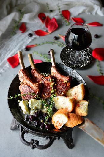 ブルーベリーとゴルゴンゾーラで作ったソースでいただくラムチョップ。小ぶりのフライパンやスキレットなどで調理すれば、そのまま食卓に出せるのも◎。テーブルが一気に華やかになりそう。