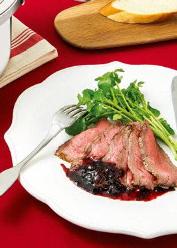 ローストビーフのソースは、牛肉から出る肉汁で作るグレービーソースが定番ですが、さらにブルーベリージャムを加えることで、さわやかな風味が加わり、さっぱり美味しくいただけます。