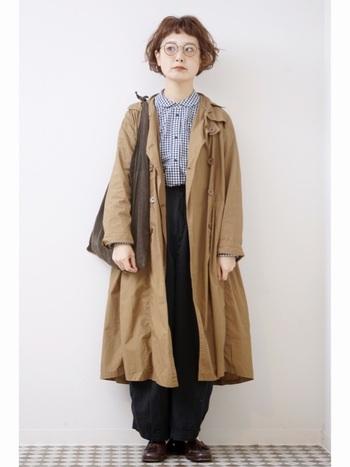 ギンガムチェックシャツとトレンチコートの定番コーデですが、丸襟のシャツやビッグサイズのコートを選ぶことで、自分らしい着こなしを生み出します。