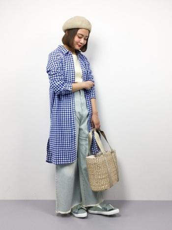 ロング丈のギンガムチェックシャツなら、羽織りとしても使えて便利!明るいブルーのシャツはデニムとの相性もよく、さらりと合わせて大人カジュアルな着こなしに。
