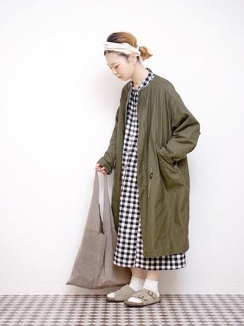 シャツワンピの上にモッズコートをレイヤード。コートのミリタリーさを大きめのチェック柄のかわいらしさがコーティングして、リラックス感のあるコーデを作ります。